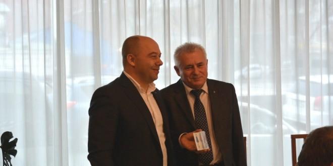 Памятную медаль вручили руководителю Приморской Опоры России