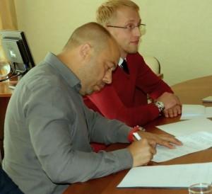 К.С. Богданенко подписывает